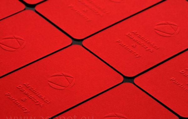 Czerwony papier z efektownym tłoczeniem